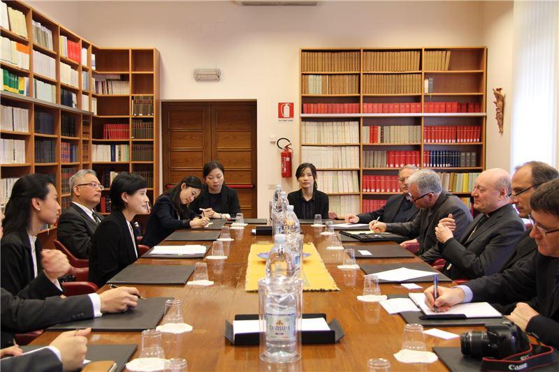 鄭麗君部長拜會教廷文化部(Pontificio Consiglio della Cultura)部長吉安佛蘭克·拉瓦西樞機主教,交流文化資產與文化治理的理念。