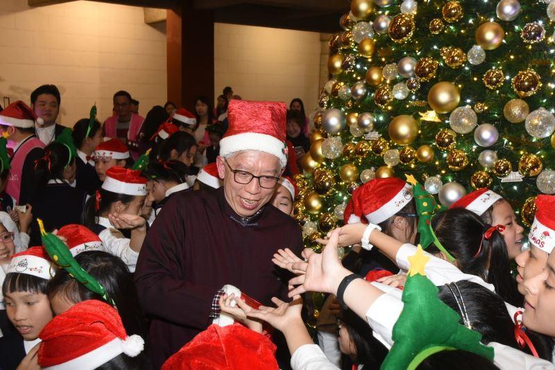國父紀念館梁永斐館長贈送糖果給現場小朋友