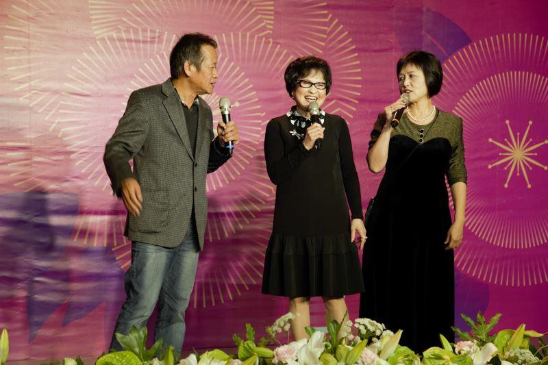 新科國寶王金櫻(中)與兩位主持人林茂賢(左)、韓靜慧(右)妙語如珠搭嘴鼓