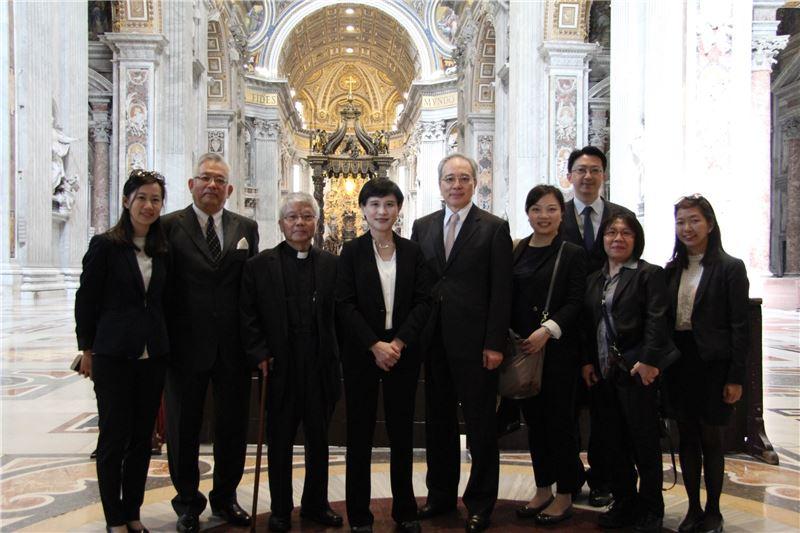 駐教廷大使李世明(左五)及邱琮傑神父(左三)帶領鄭麗君部長一行人參觀聖伯多祿大教堂。