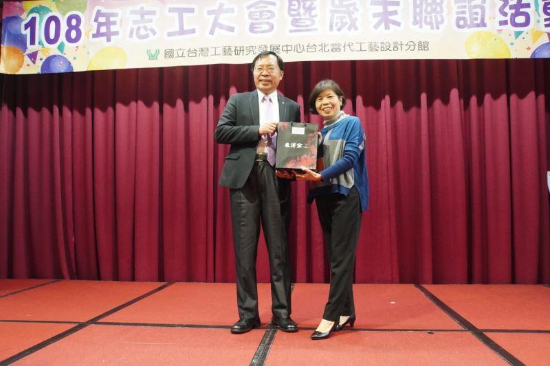 主任頒發志工隊隊長江惠英女士「貢獻獎」