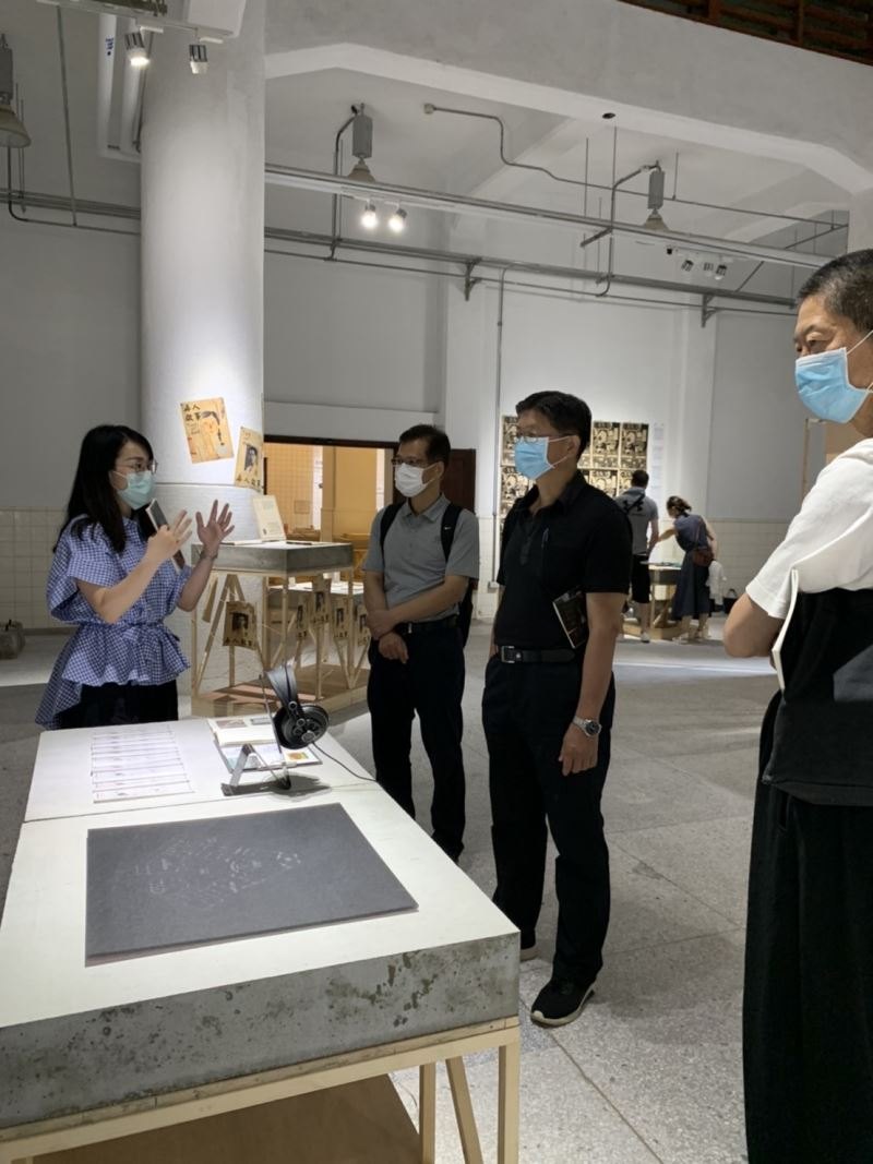 漫畫家敖幼祥(右一)、臺東生活美學館館長李吉崇(右二)與組長鐘立君(左二),於今日前來聆聽策展人導覽