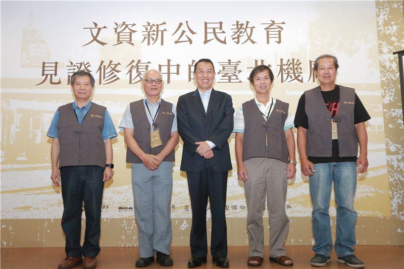 楊次長致贈台北機廠退休員工終身榮譽志工制服。
