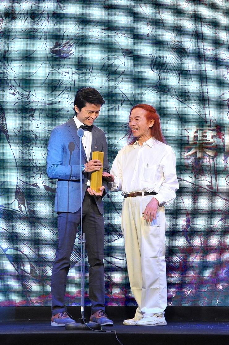 知名漫畫家蔡志忠頒發年度漫畫大獎給得獎者葉明軒