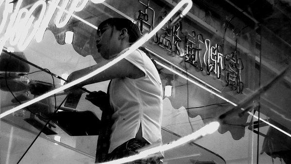 台灣到處皆有販賣提神食品、展示清涼女體的「檳榔攤」,透明的玻璃屋內,一台小音響、一張桌子、一把高腳椅、一面鏡子、一座冰櫃,裝飾著幾支燈管,即可招徠無數流動來去的顧客。