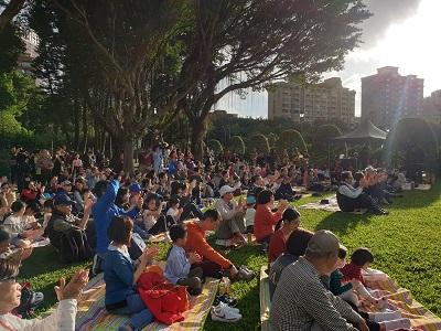 民眾攜家帶眷於國父紀念館戶外草地,感受午後動人樂章。