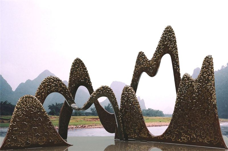 HSIEH Tong-liang〈Peaks Compete Beauty〉2007 Iron 85×45×43.5 cm