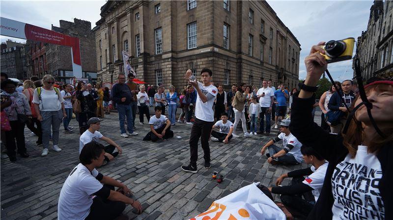 FOCA福爾摩沙馬戲團於戶外廣場演出,吸引群眾駐足圍觀