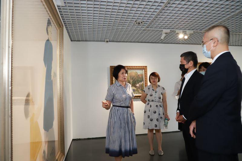 國家文化藝術基金會董事長林曼麗(左)導覽林之助作品《好日》