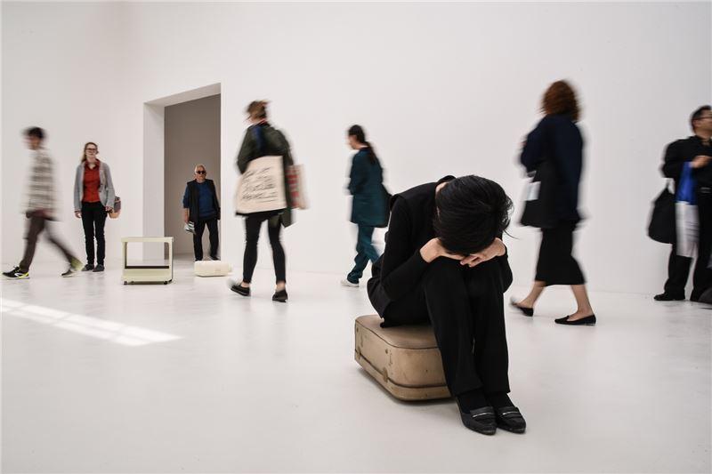 鄭部長參觀威尼斯雙年展澳洲館藝術家喬迪.克羅梅作品時,化身為作品的一部分。