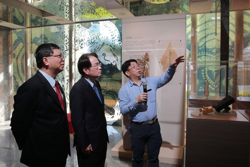 策展人劉世龍(右)向文化部次長李連權(左)及國史館館長陳儀深介紹文物背景
