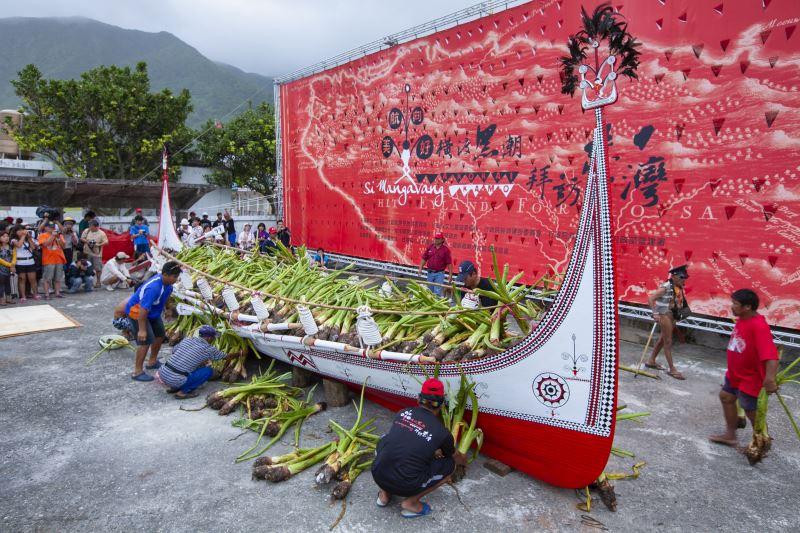 下水儀式進行時,會將禮芋、禮牲鋪滿整艘拼板舟。