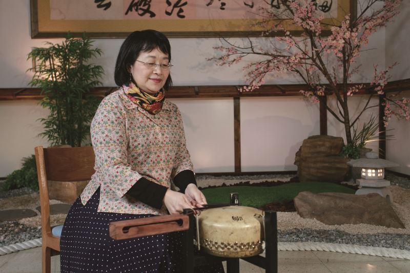 簡秀珍老師示範小鼓的演奏方式。