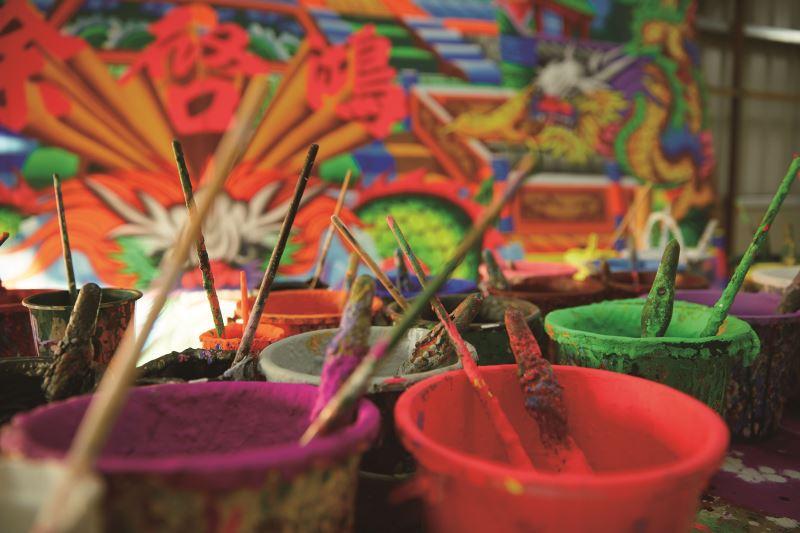 五顏六色鮮豔無比的螢光顏料,襯托出舞台上的生動角色。