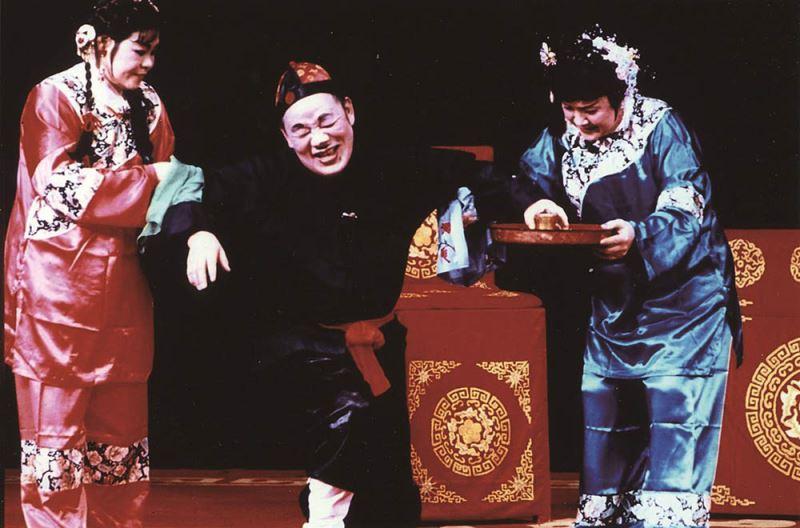 《糶酒》演出照片(2000)。(曾先枝飾張三郎,古蘭妹飾酒大姊,張雪英飾酒大姊)