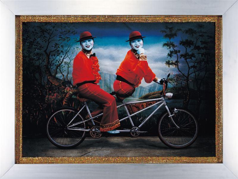 吳天章〈永協同心〉2001 雷射輸出於相紙、亮片布邊、不鏽鋼框 135.5×189 cm