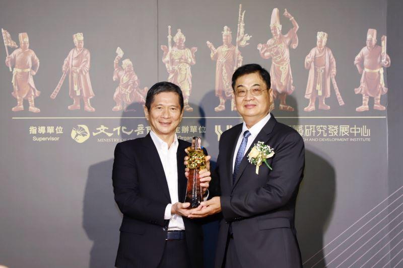 文化部長李永得頒授獎座予第14屆「國家工藝成就獎」得主木雕工藝師陳啟村先生
