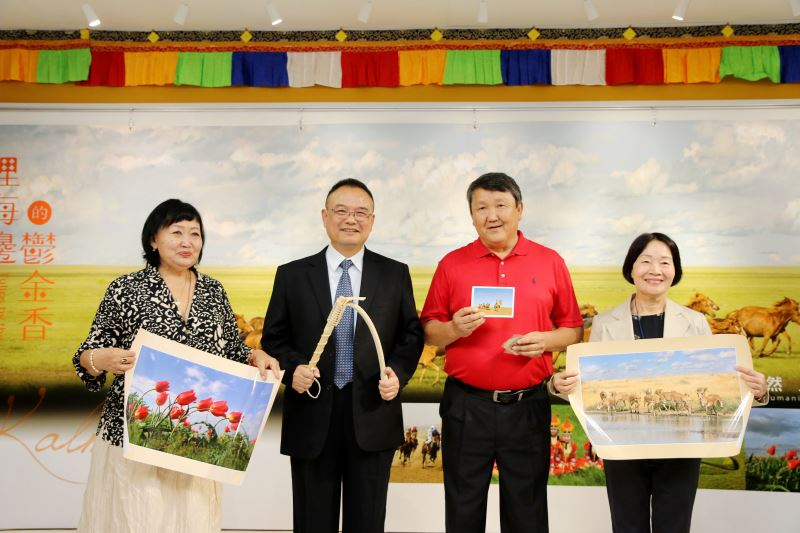 攝影家里茲耶夫伉儷致贈文化部次長蕭宗煌(左2)、蒙藏文化中心主任徐桂香(右1)紀念品