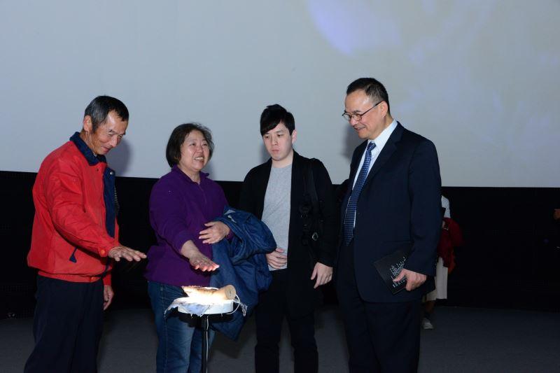 國美館蕭宗煌館長(右一)與鍾和憲父母體驗作品