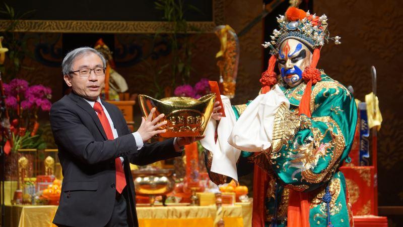 國光劇團演出人員與傳藝中心主任陳濟民祝大家財源廣進