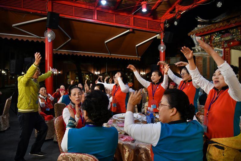 南韓右水營羌羌水月來振興保存協會在國際友誼之夜隨阿里郎的音樂翩翩起舞