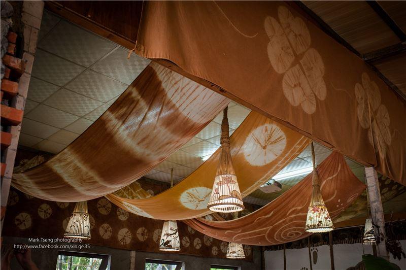 社區落實生活中的工藝,用自己染的布佈置工作的空間
