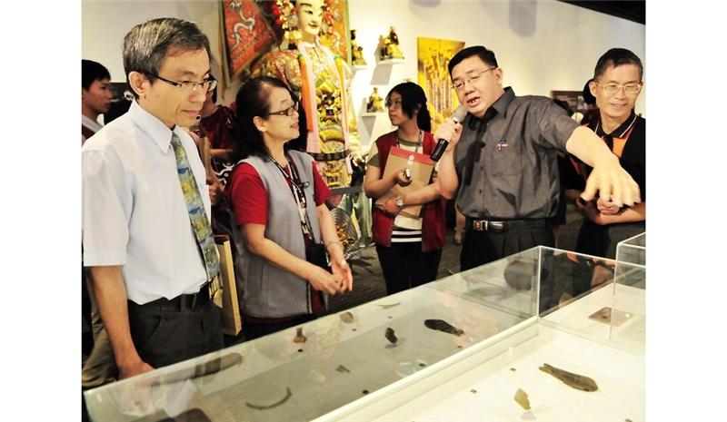 左為台博館館長陳濟民,仔細聆聽由該館李子寧組長導覽宜蘭當地出土珍貴文物。