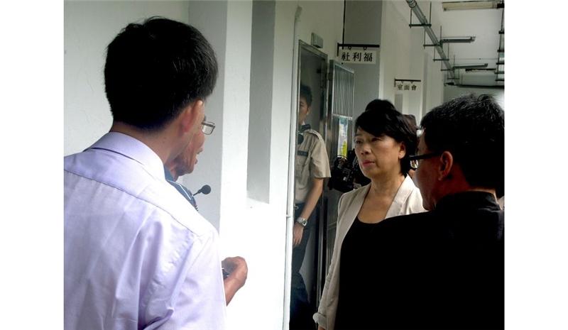 龍部長仔細聆聽陳新吉先生的解說