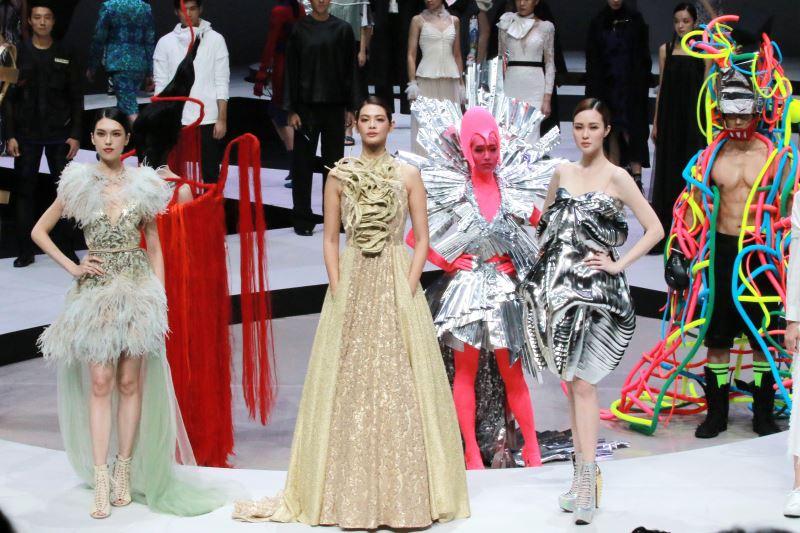 名模林嘉綺(中)帶領最頂尖的時尚模特兒群及專業舞者、演員,共同演繹「2018臺北時裝週」