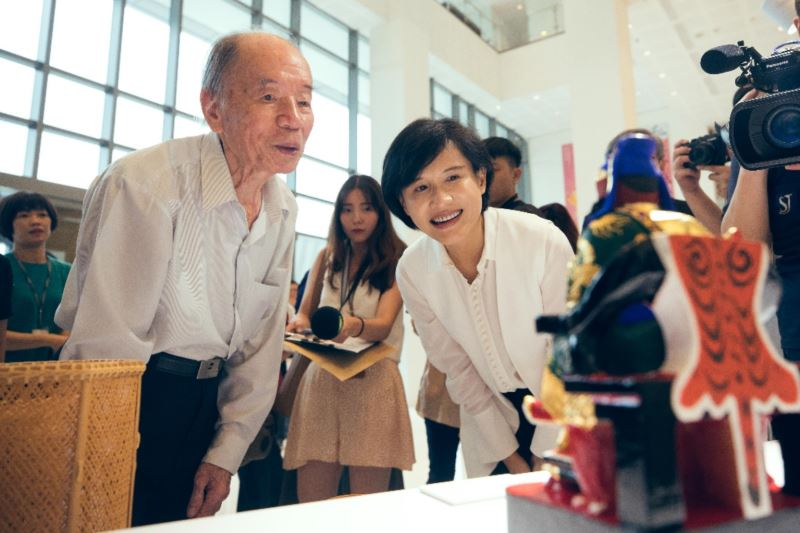 「108年度開枝散葉&接班人計畫」階段成果記者會-由國寶藝師施至輝老師介紹工藝作品。