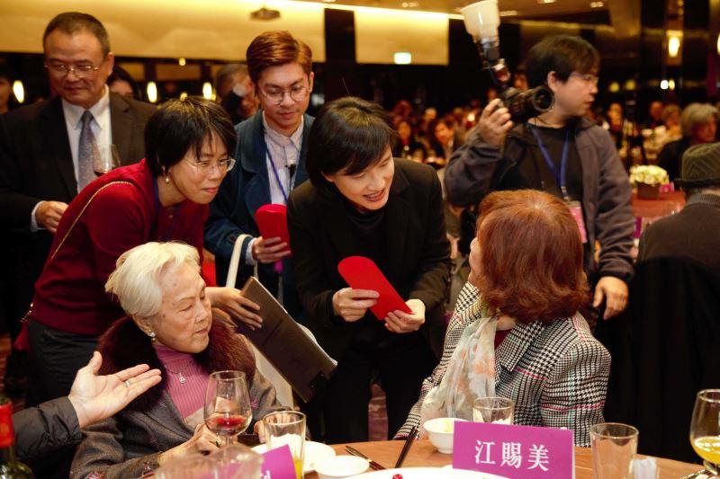 文化部長鄭麗君在「百年好藝代代相傳活動」致贈禮金給資深布袋戲女演師江賜美女士