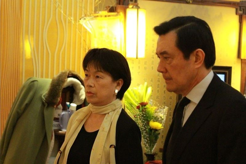 Culture Minister Lung Ying-tai (left) and President Ma Ying-jeou attended a memorial service for the late poet on May 2, 2014.
