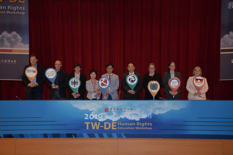 文化部彭俊亨次長(右四)、人權館陳俊宏館長(右五)與來賓開幕儀式合影