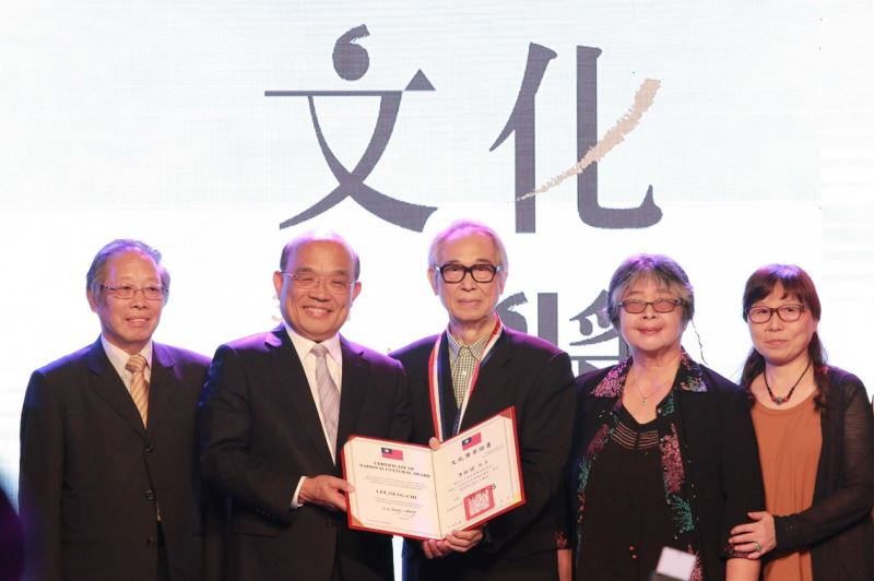 李能棋(李喬)先生及家人與行政院長蘇貞昌、引言人彭瑞金先生合影