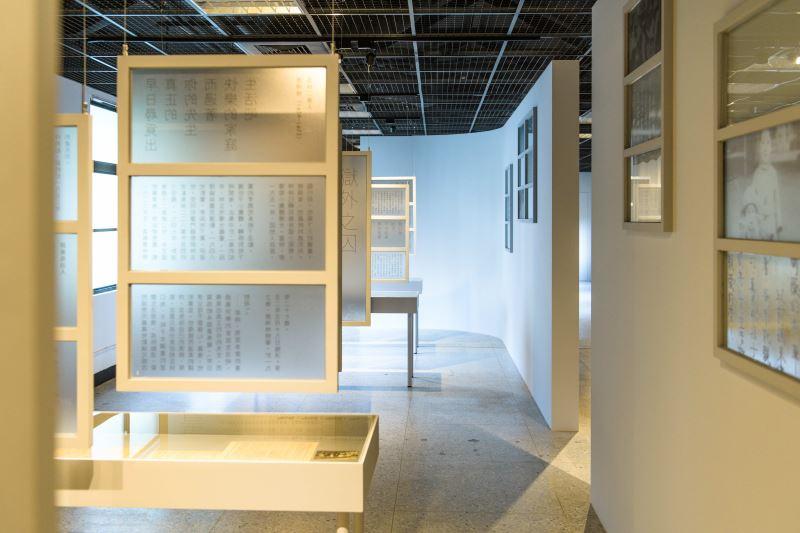 展場07 延伸、對稱懸掛的窗戶,象徵獄內的受難者與獄外的家人對彼此的思念_宜東文化提供