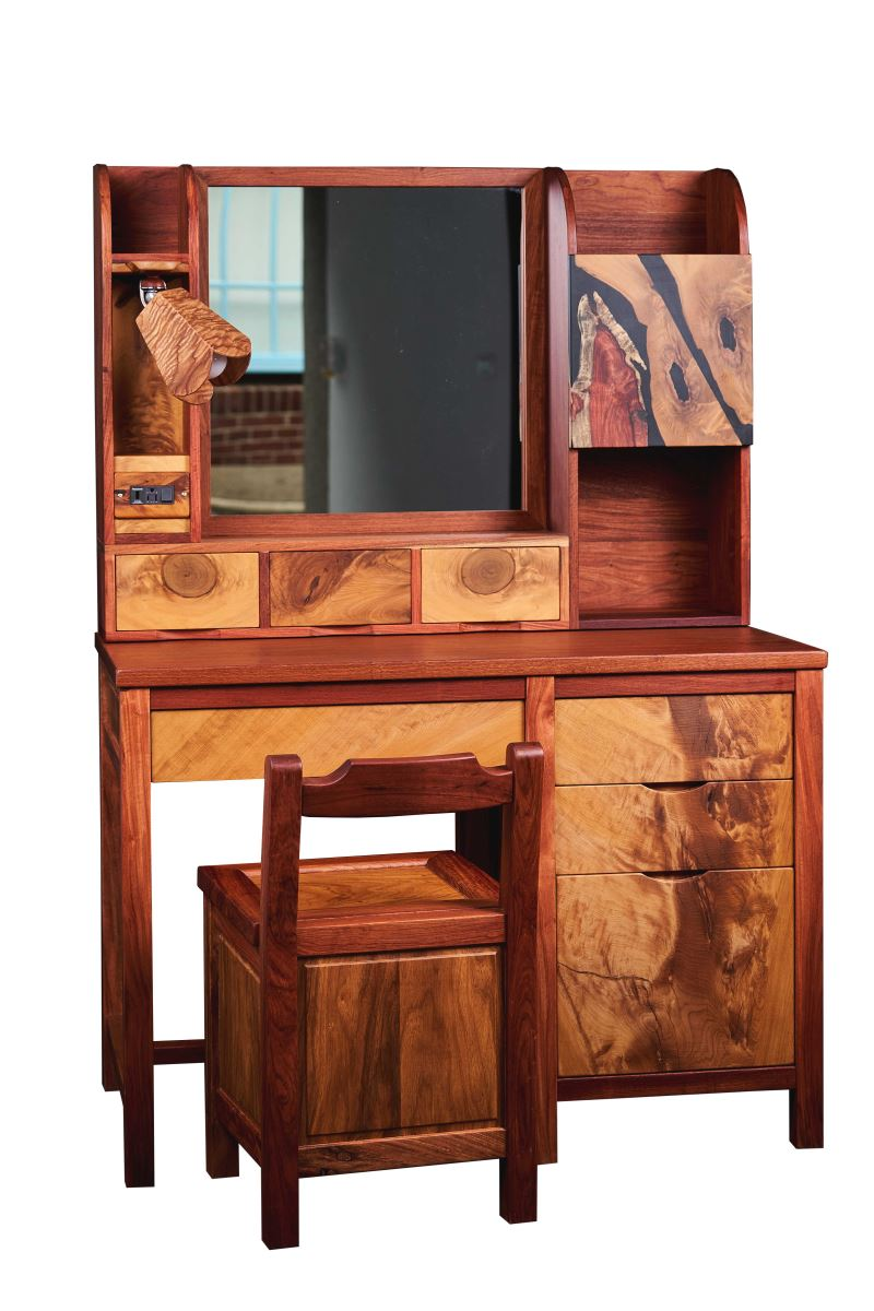 協盛木器行姚世豪做的「女兒閑梳妝台」,使用兩種木材拼接,展現設計感。