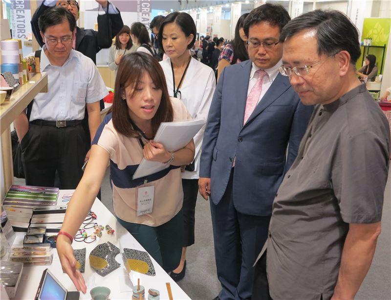 文博會參展日本業者向文化部蔡炳坤次長說明設計理念