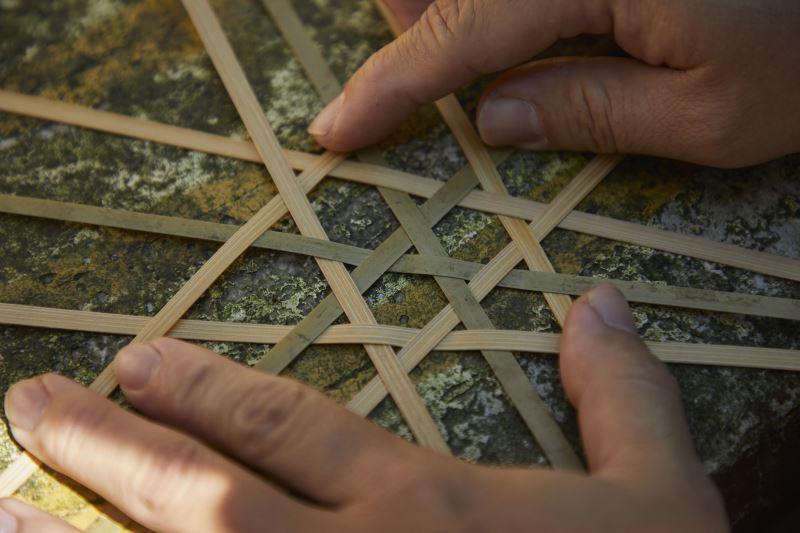 竹編的方式有非常多種,每一種編法呈現出來的效果都不同,圖為傳統的六角編織法。