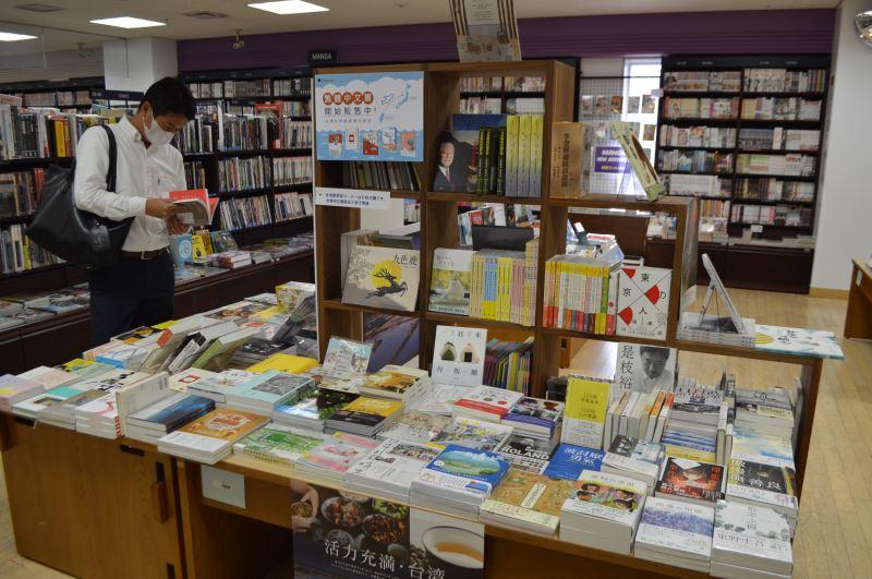 紀伊國屋書店臺灣書籍專區成立吸引日本民眾駐足閱讀