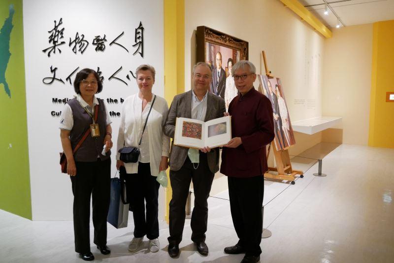 國美館梁永斐館長(右)與俄羅斯駐台代表白樂賢(右2)交換禮物