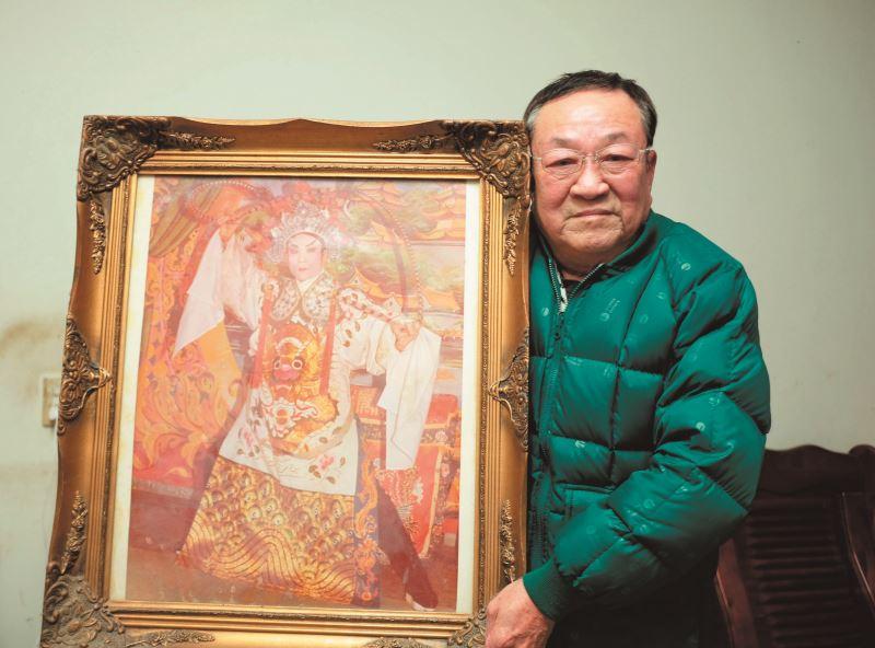 王慶芳與他年輕時演過的角色合影。