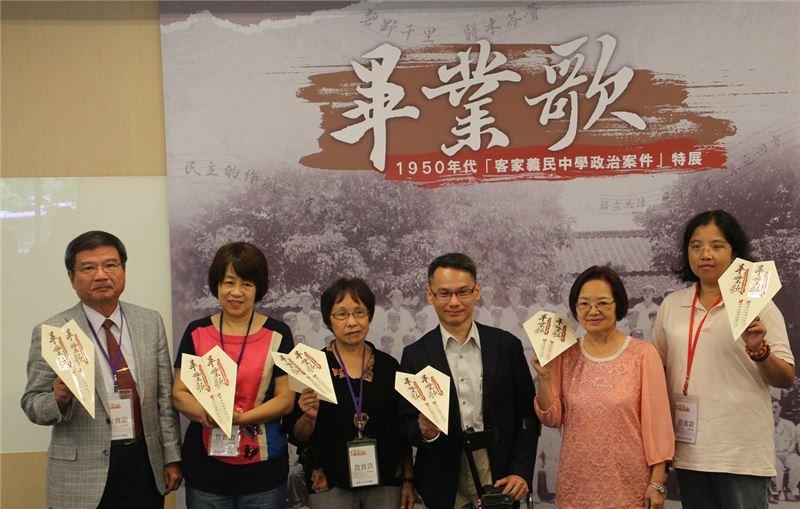 貴賓們手持祈福紙飛機期許臺灣人權自由翱翔,左起邱榮裕教授、黃新華女士、涂貴美女士、王逸群主任、黃雪玲分會長、黃曉珊女士