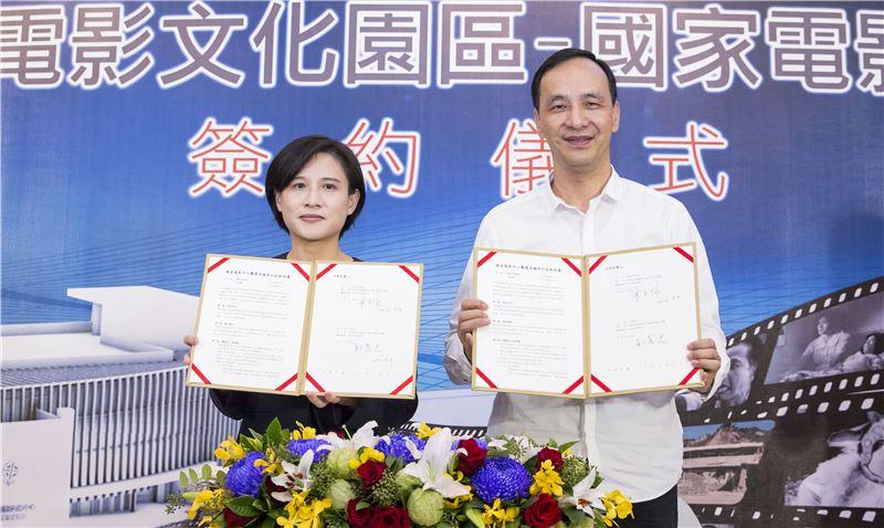 文化部長鄭麗君、新北市長朱立倫一同簽署契約書