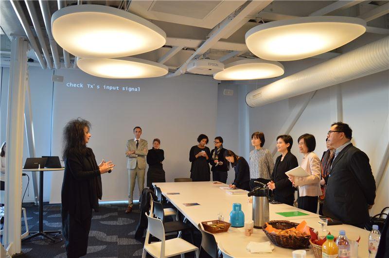 Le Cargo設計者、法國知名建築師Odile Decq女士為鄭部長導覽Le Cargo的內部空間,說明規劃理念。