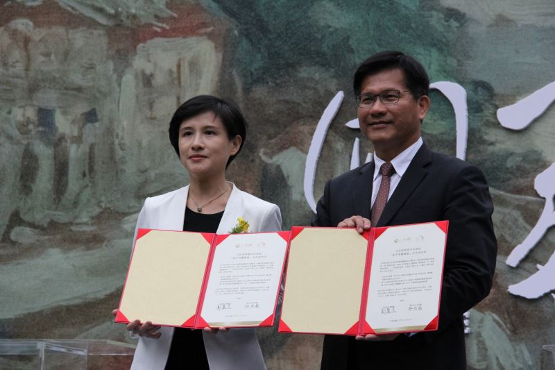 Taichung Mayor Lin Chia-lung (right) and Minister of Culture Cheng Li-chiun.