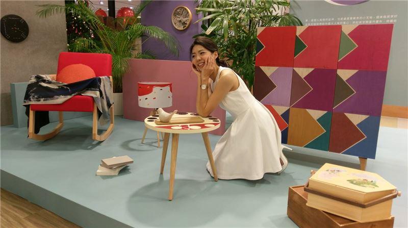 主持人蔡昀羲與「House of Games-大孩子的藝術嬉遊」系列家飾