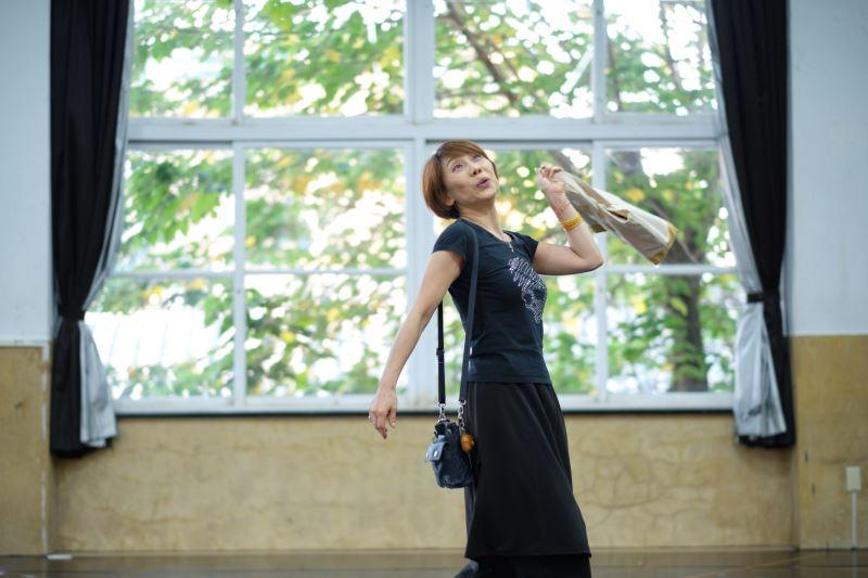 郎祖筠示範傳統戲曲的身段和手勢的變化,若隔著螢幕,渲染力可能下降。