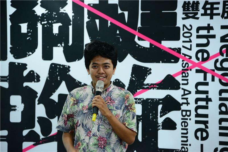 印尼藝術團體加帝旺宜藝術工廠Jatiwangi Art Factory代表Ismal Muntaha致詞