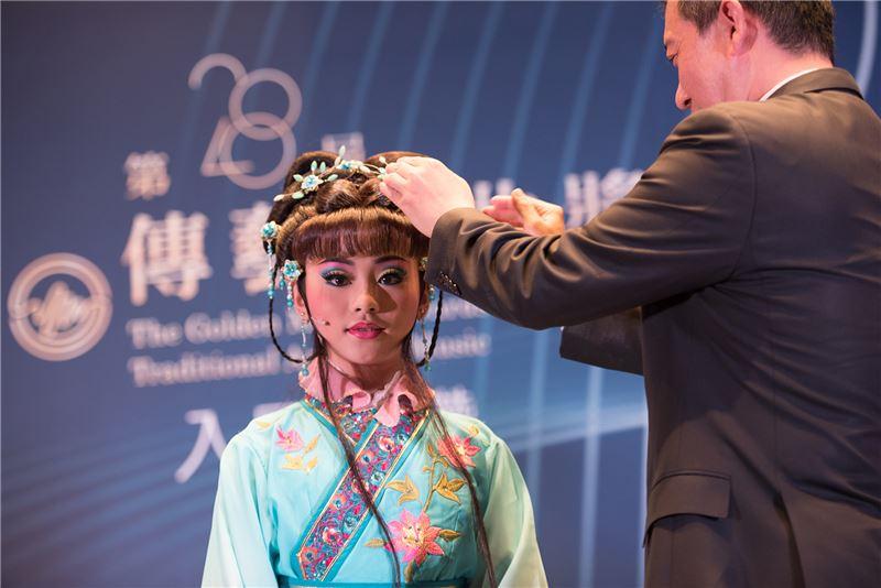 文化部楊子葆次長為小演員穿戴頭飾