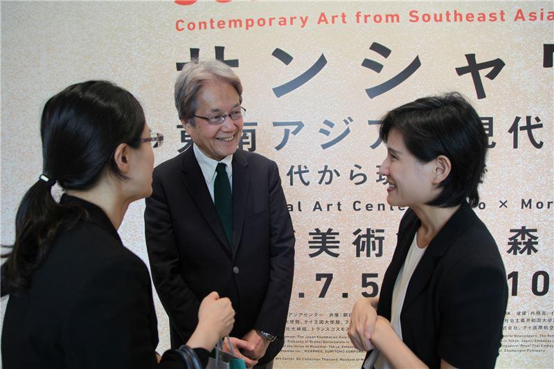 鄭麗君部長(右)與國立新美術館青木保館長(左二)交換未來台灣與日本美術館合作
